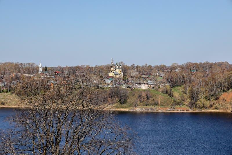 Weergeven van de stad van de Aartsengelkerk van Tutaev en Spaso- stock foto's