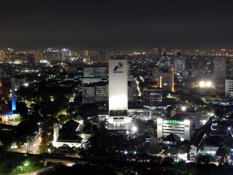 Weergeven van de stad van Djakarta bij nigh stock foto's