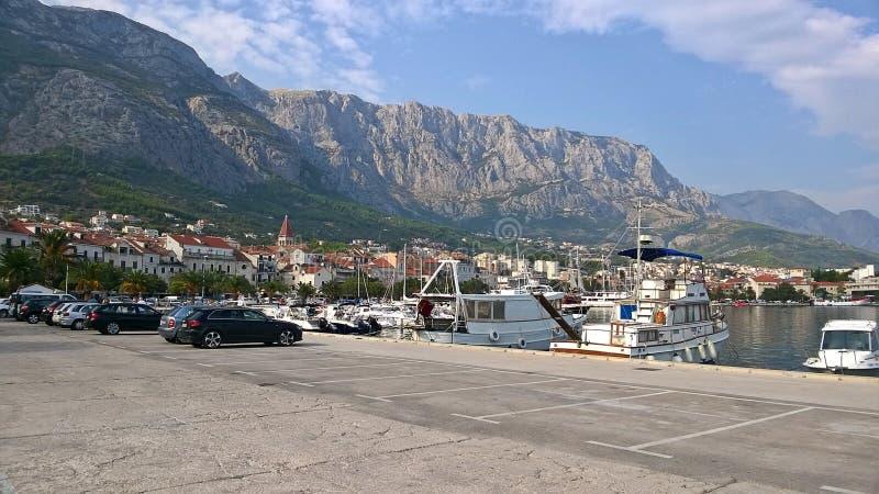 Weergeven van de stad en de haven in Makarska, Kroatië Het is één van de meest bezochte steden van Kroatië stock afbeeldingen