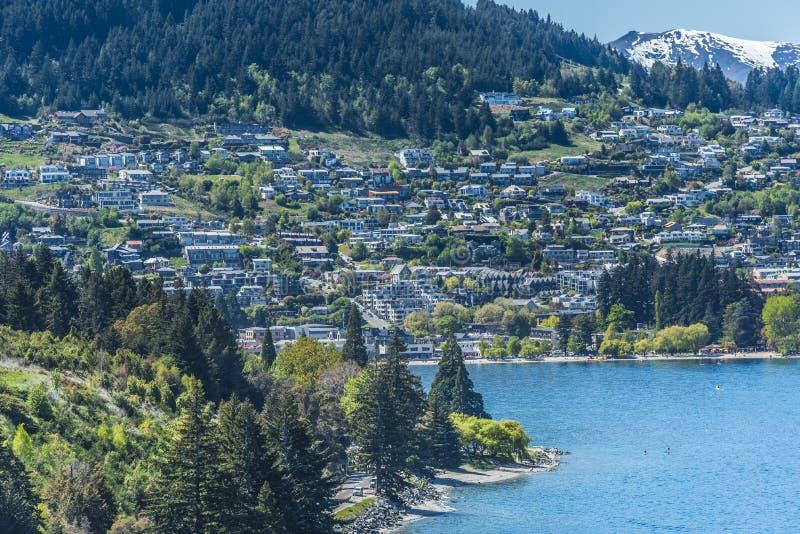 Weergeven van de stad en het meer Wakatipu, Queenstown, Nieuw Zeeland Exemplaarruimte voor tekst Hoogste mening royalty-vrije stock foto's