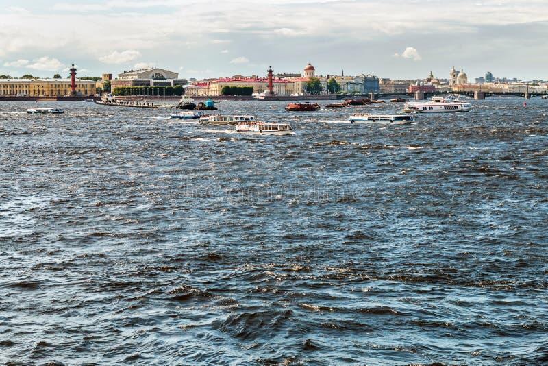 Weergeven van de stad en de waterweg van de Neva-rivier in St. Petersburg stock foto's