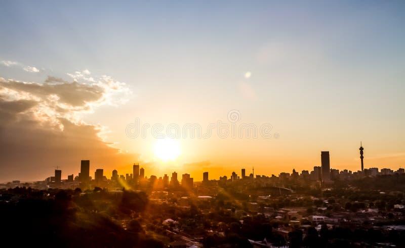Weergeven van de Stad van Johannesburg bij Zonsondergang stock afbeeldingen
