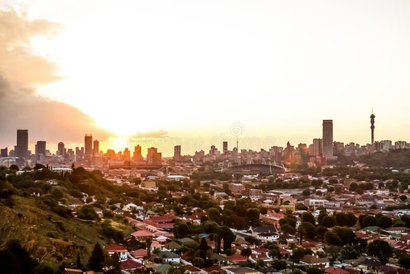 Weergeven van de Stad van Johannesburg bij Zonsondergang royalty-vrije stock foto's