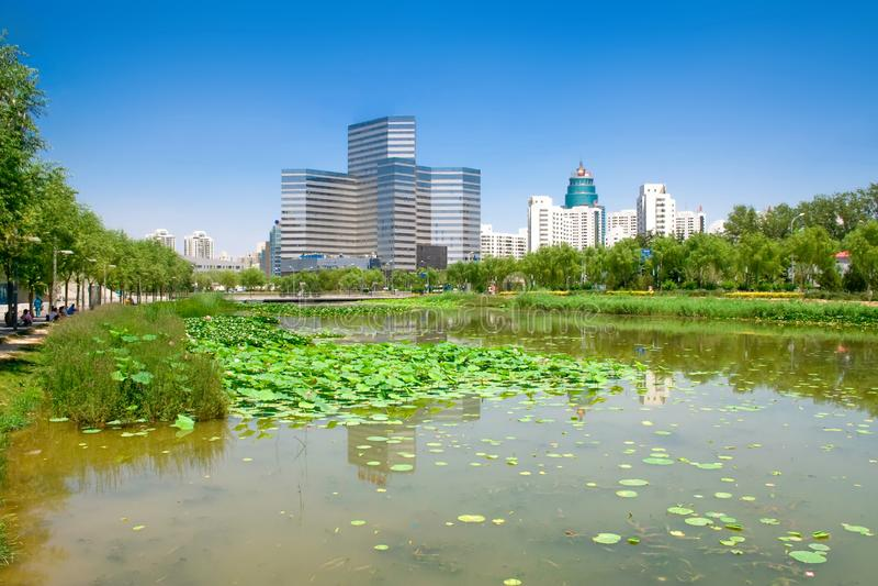 Weergeven van de stad van Peking Park, klein meer en woonwijk royalty-vrije stock afbeeldingen