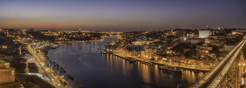 Weergeven van de stad van porto in Portugal van brugdom luis bij nacht stock afbeelding