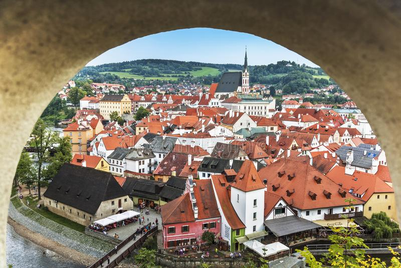 Weergeven van de stad van Tsjechische Krumlov van het openen in de muur van het kasteel van Cesky Krumlov royalty-vrije stock foto's