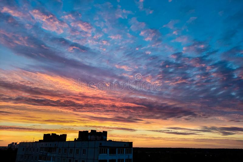 Weergeven van de stadszonsondergang, de achtergrond van aard en de mooie hemel tijdens zonsondergang royalty-vrije stock fotografie