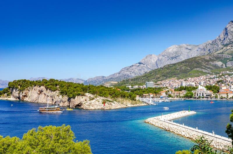 Weergeven van de toevluchtstad van Makarska op een de zomerdag, in Makarska Riviera, Kroatië stock foto's