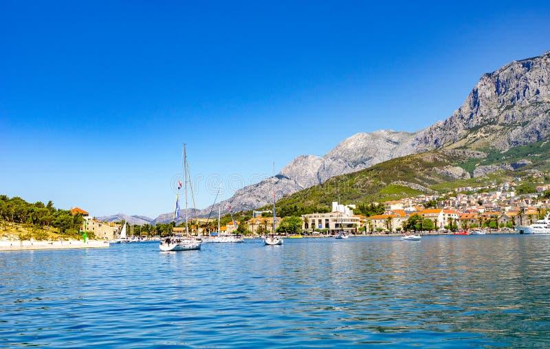 Weergeven van de toevluchtstad van Makarska op een de zomerdag, in Makarska Riviera, Kroatië stock afbeeldingen