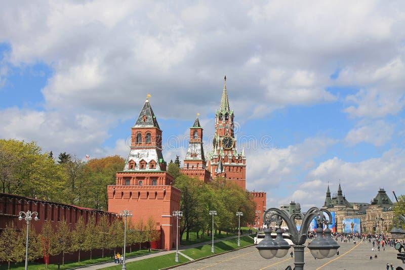 Weergeven van de toren van het Kremlin Spasskaya en het Rode vierkant in Moskou Rusland stock afbeelding