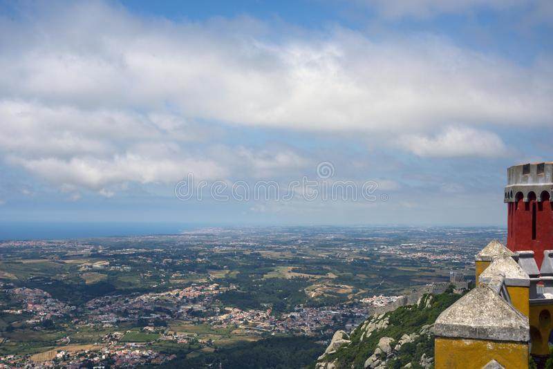 Weergeven van de vallei, de stad en de hemel met wolken van het observatiedek van het Pena-Paleis royalty-vrije stock foto