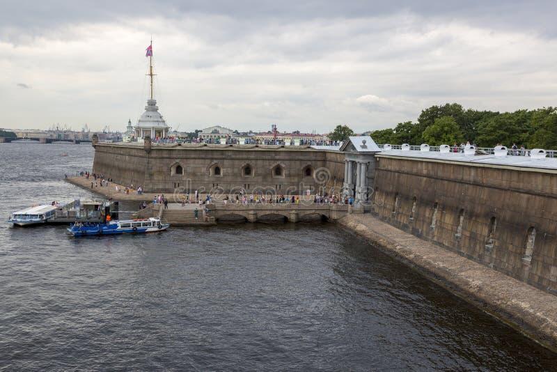 Weergeven van de vestingsmuur van Peter en Paul Fortress in St. Petersburg royalty-vrije stock foto
