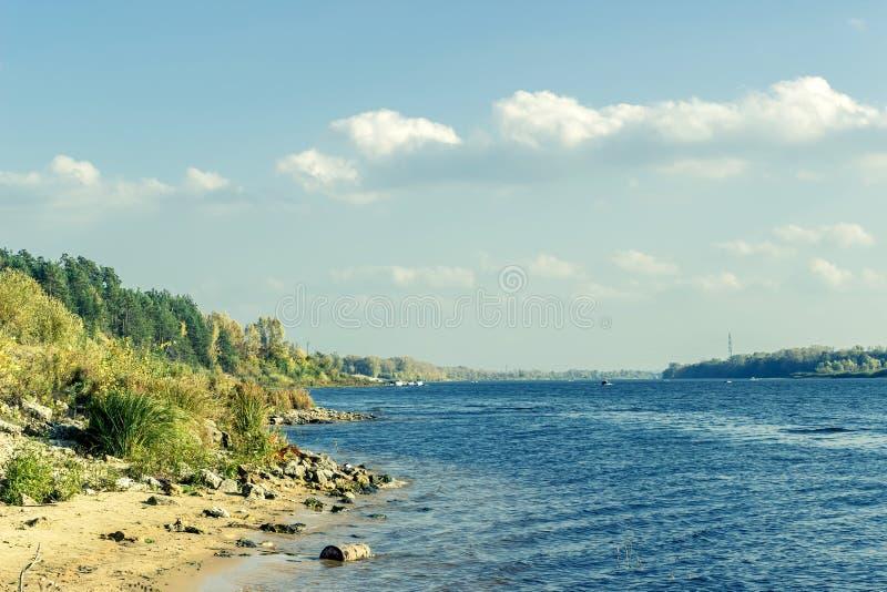 Weergeven van de Volga rivier op een Zonnige de zomerdag stock foto's
