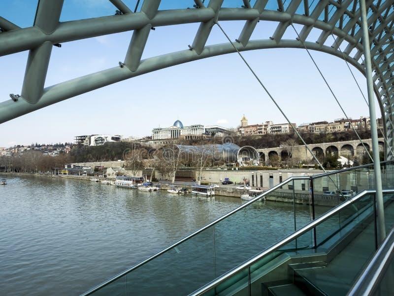 Weergeven van de Vredesbrug aan de Bank van de Kura-rivier in Tbilisi stock fotografie