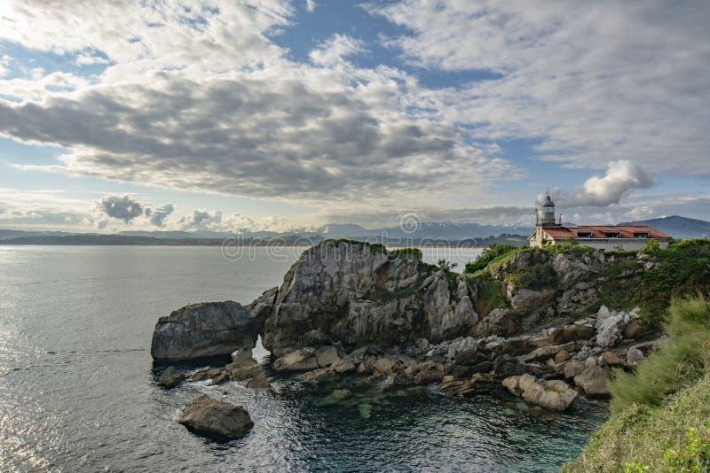 Weergeven van de vuurtoren van La Magdalena Peninsula, de Baai van Santander stock fotografie