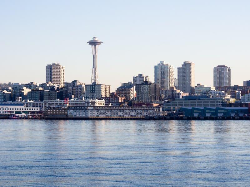 Weergeven van de waterkant van Seattle van het overzees bij zonsondergang stock foto