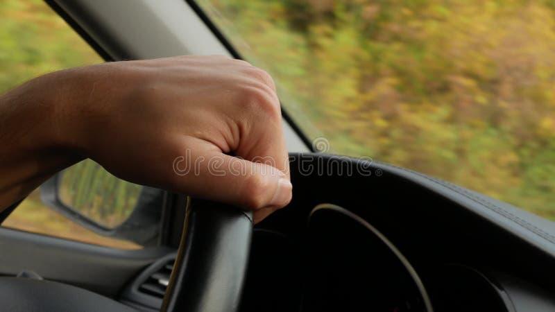 Weergeven van de weg van het windscherm van de auto 4K De man houdt het stuurwiel stock afbeeldingen