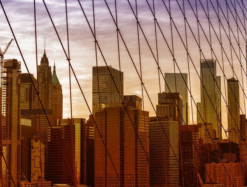 Weergeven van de wolkenkrabbers van de stad New-York van de Brug van Brooklyn stock foto's