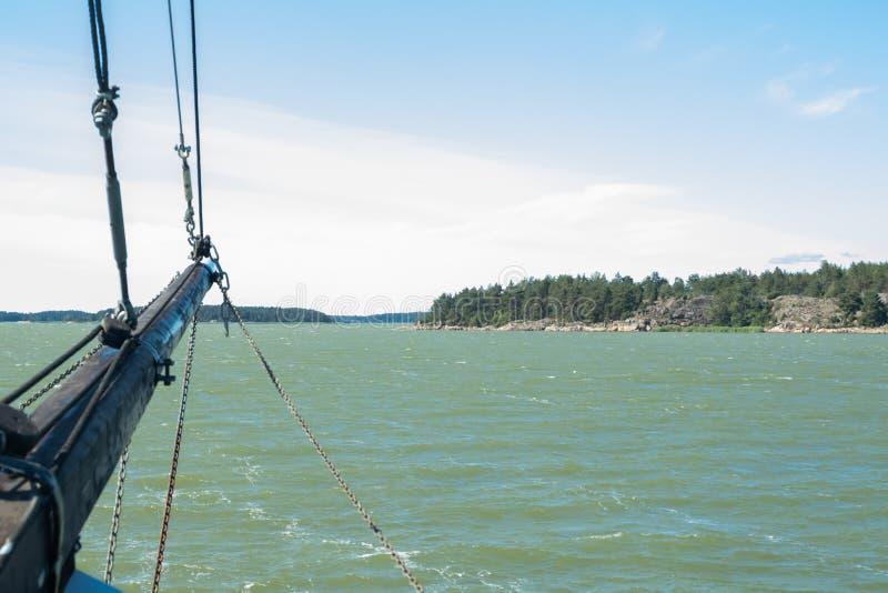 Weergeven van de zeilboot van overzees en archipel bij zonnige de zomerdag in Naantali, Finland royalty-vrije stock afbeeldingen