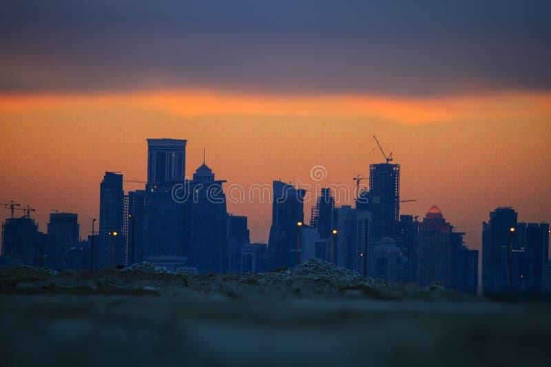 Weergeven van de zonsondergang en de wolken met Doha-torens stock fotografie