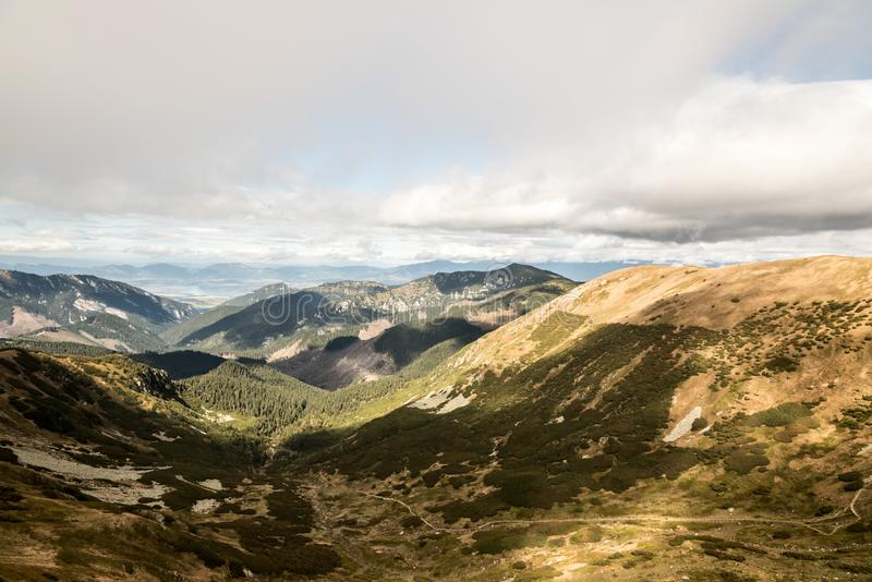 Weergeven van Demanovske-sedlo in de bergen van de herfstnizke Tatry in Slowakije stock fotografie