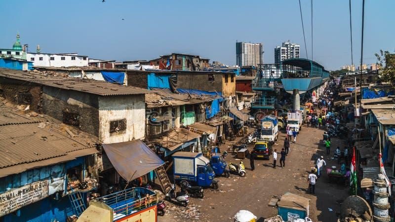 Weergeven van dharaviingang de grote krottenwijk in de stad van Bombay stock afbeeldingen