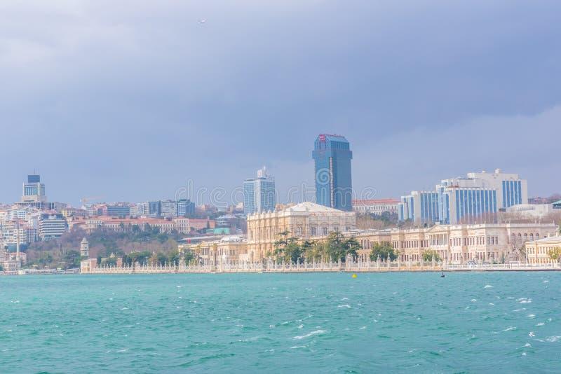 Weergeven van Dolmabahce-Paleis en Besiktas-district royalty-vrije stock foto