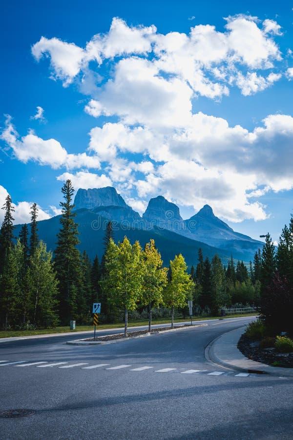 Weergeven van Drie Zustersberg, goed - bekend oriëntatiepunt in Canmore, Canada royalty-vrije stock foto's