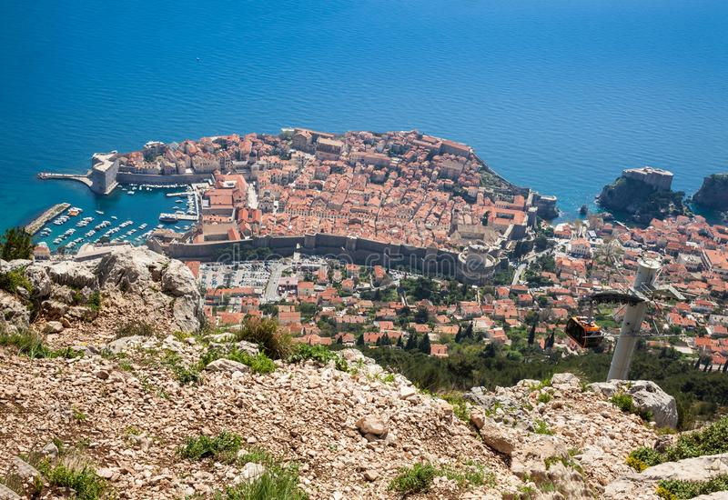 Weergeven van Dubrovnik-stad en kabelwagen die uit Onderstel Srd wordt genomen royalty-vrije stock fotografie