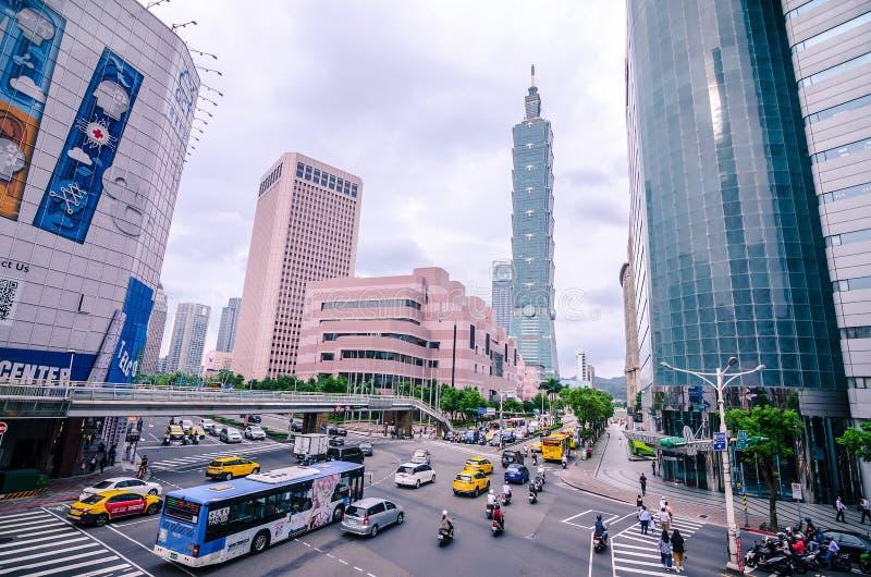 Weergeven van een bezige straathoek in Stad de Van de binnenstad van Taipeh bij spitsuur met auto's & bussen die langs stormen, royalty-vrije stock foto