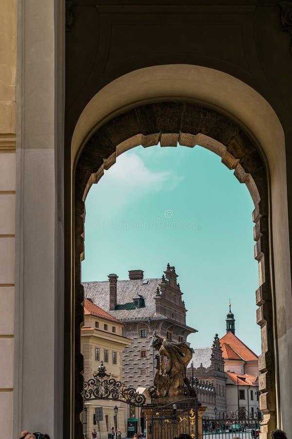 Weergeven van een deur van het Kasteel van Praag in Praag, Tsjechische Republiek royalty-vrije stock afbeelding