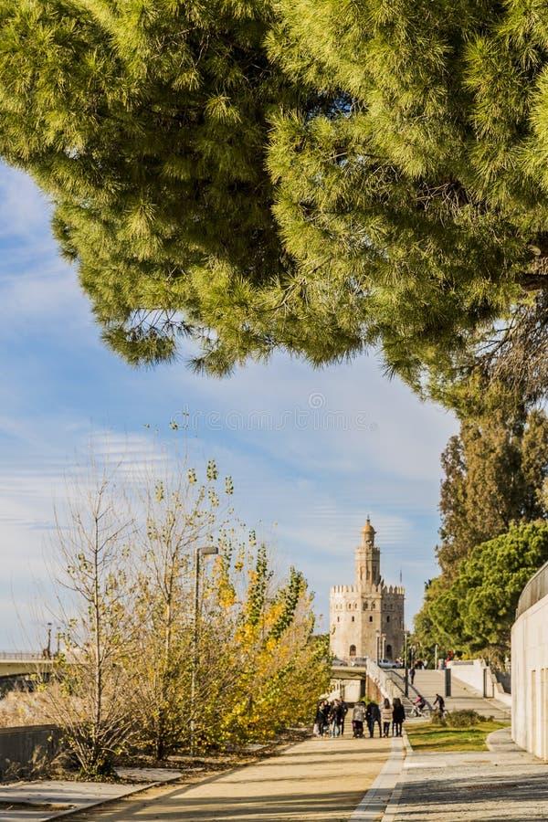 Weergeven van een het lopen weg dichtbij het kanaal DE Alfonso in Sevilla Spanje royalty-vrije stock afbeeldingen