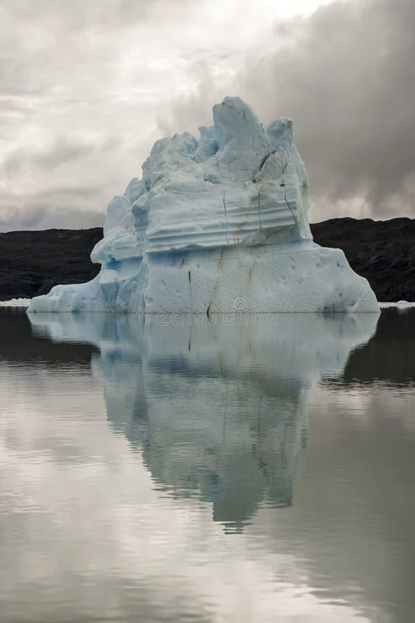 Weergeven van een ijsberg in het water wordt weerspiegeld dat royalty-vrije stock afbeeldingen