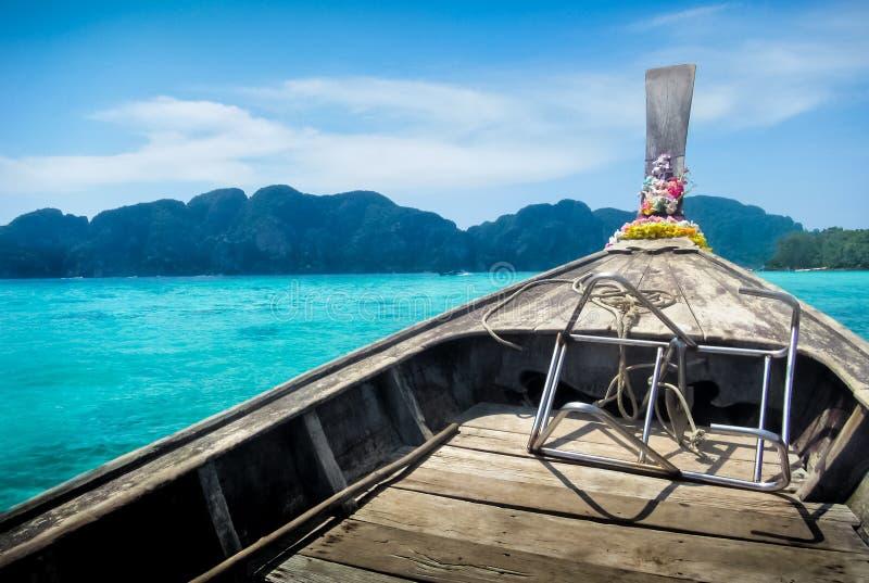 Weergeven van een longtailboot stock foto's