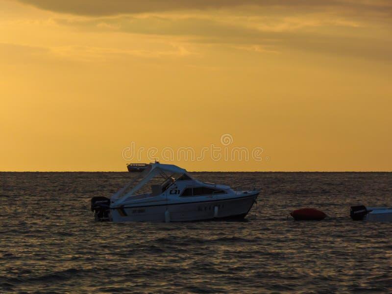 Weergeven van een motorboot bij de kust van Ksamil-strand wordt gedokt dat royalty-vrije stock fotografie