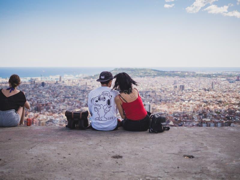 Weergeven van een paar die op de stad van Barcelona van Carmel ?letten stock fotografie