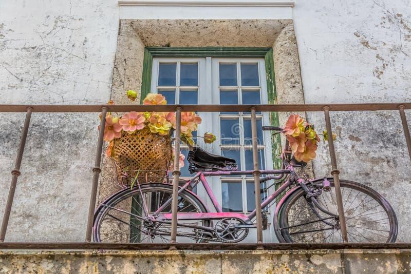 """Weergeven van een Portugees traditioneel balkon, met retro fiets, op middeleeuws dorp van """"bidos à stock foto's"""