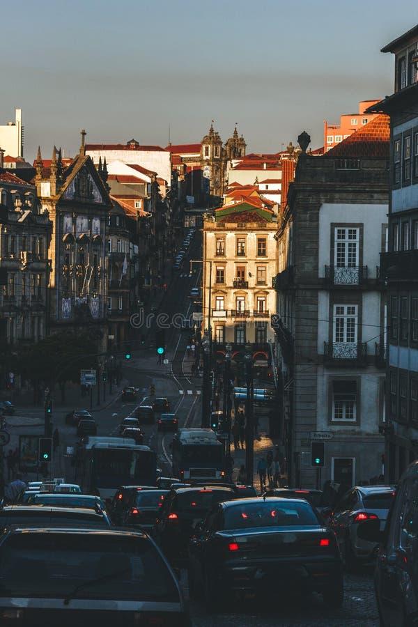 Weergeven van een straat in Porto tijdens zonsondergang stock foto's