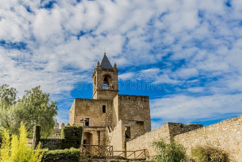 Weergeven van een toren en zijn tuin van kasteel alcazaba van Antequera Spanje royalty-vrije stock afbeelding