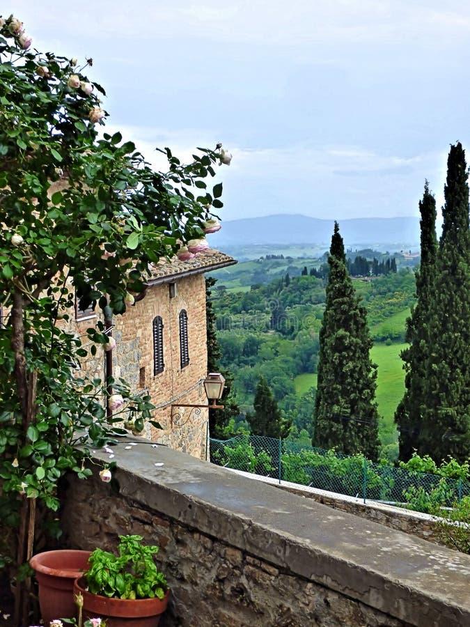 Weergeven van een Toscaanse vallei van de straat van een Italiaanse heuvelstad royalty-vrije stock foto's