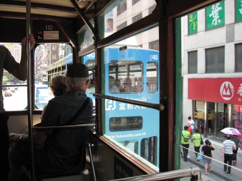 Weergeven van een tram op de bezige hoofdstraat in centraal Hong Kong royalty-vrije stock afbeelding