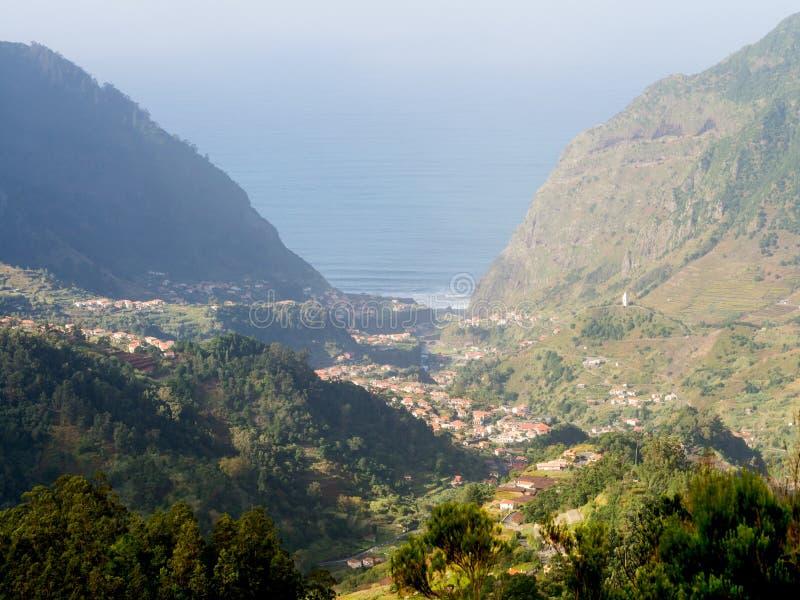Weergeven van een vallei in het eiland van Madera, Portugal, met de Atlantische Oceaan op de achtergrond royalty-vrije stock fotografie