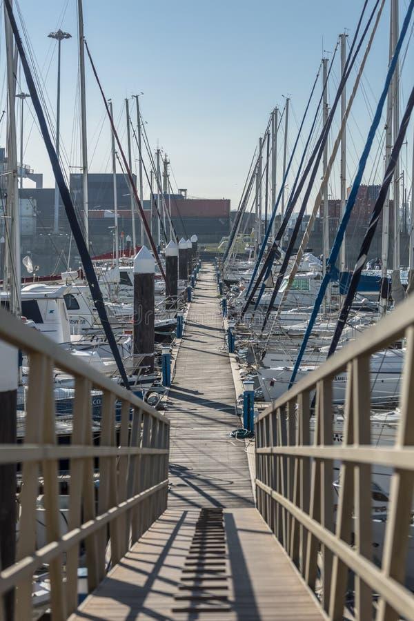 Weergeven van een voet houten structuur en recreatieve en privé boten in Jachthaven stock foto