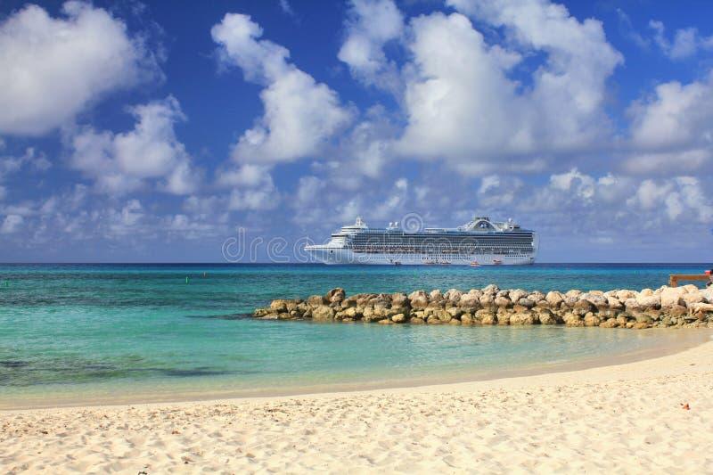 Weergeven van Eleuthera strand op op zee verankerd Kroonprinsesschip royalty-vrije stock foto's
