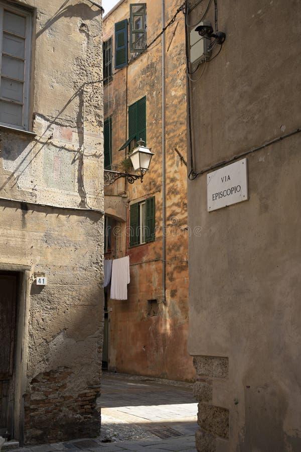 Weergeven van Episcopo-straat in de oude stad van Albenga, Italië royalty-vrije stock afbeelding