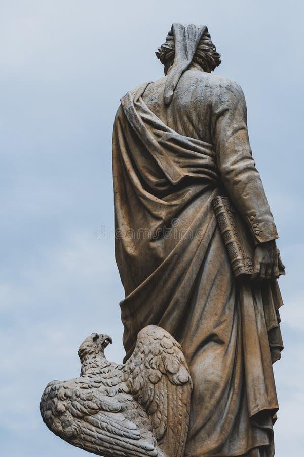 Weergeven van erachter van het standbeeld van Dante Aligheri in Piazza Santa Croce royalty-vrije stock foto