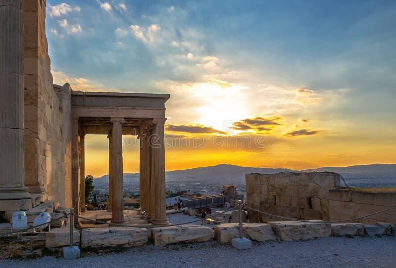 Weergeven van Erechtheion op Akropolis, Athene, Griekenland, tegen zonsondergang die de stad overzien stock foto