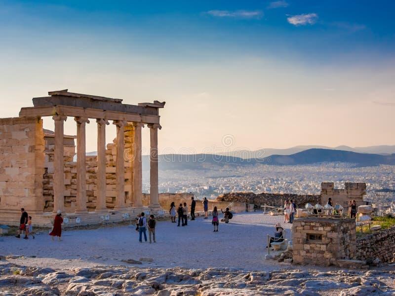 Weergeven van Erechtheion op Akropolis, Athene, Griekenland, tegen zonsondergang die de stad overzien royalty-vrije stock afbeeldingen