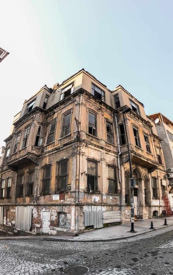 Weergeven van Fatih-district van Istanboel Moskees en woningbouw langs de Gouden Hoorn stock afbeeldingen