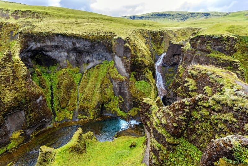 Weergeven van Fjadrargljufur-Canion naar de waterval, en stroomopwaarts van Fjadra-rivier Zuidoosten van IJsland stock fotografie